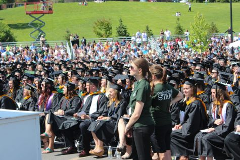 Seniors react to SU speaker at Le Moyne graduation